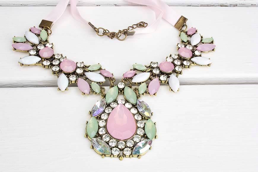 Statement Halskette in den Trendfarben für Frühling & Sommer 2016